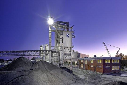 Industrieanlage, ausgeleuchtet Twilight Aufnahm DEUTAG Bremerhaven Deutschland Industriefotografie Twilightfotografie Sonnenaufgang