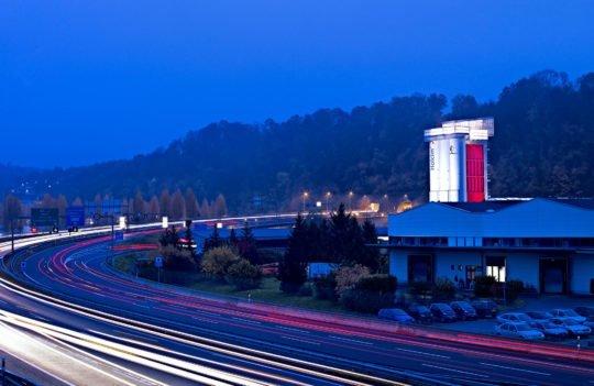 Industrieanlage Betonmischanlage ausgeleuchtet Twilight HOLCIM Yverdon Schweiz Industriefotografie Twilightfotografie